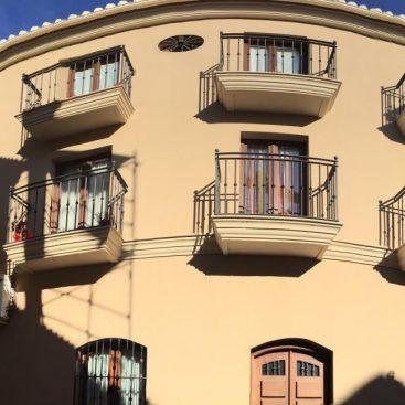 Instalación de Puertas de acceso a Balcón en Edificio de Vivienda