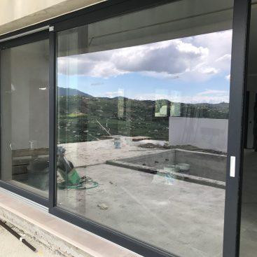 Instalación de ventana de acceso a terraza en chalet