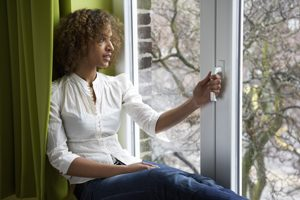 ¿Qué importancia tiene el marco y el vidrio de la ventana como aislante?