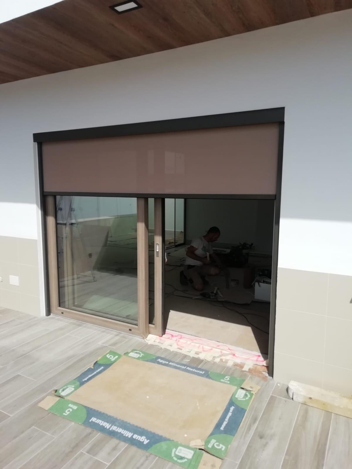 Solución ventana de PVC elevable con oscurecimiento con Windscreen