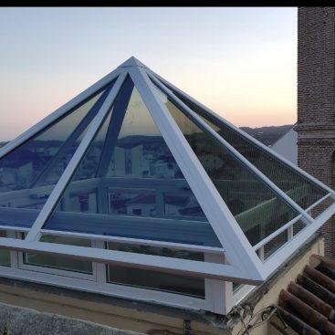 Fabricación e instalación de lucerna piramidal con ventanas de apertura automática y vidrios de alta eficiencia
